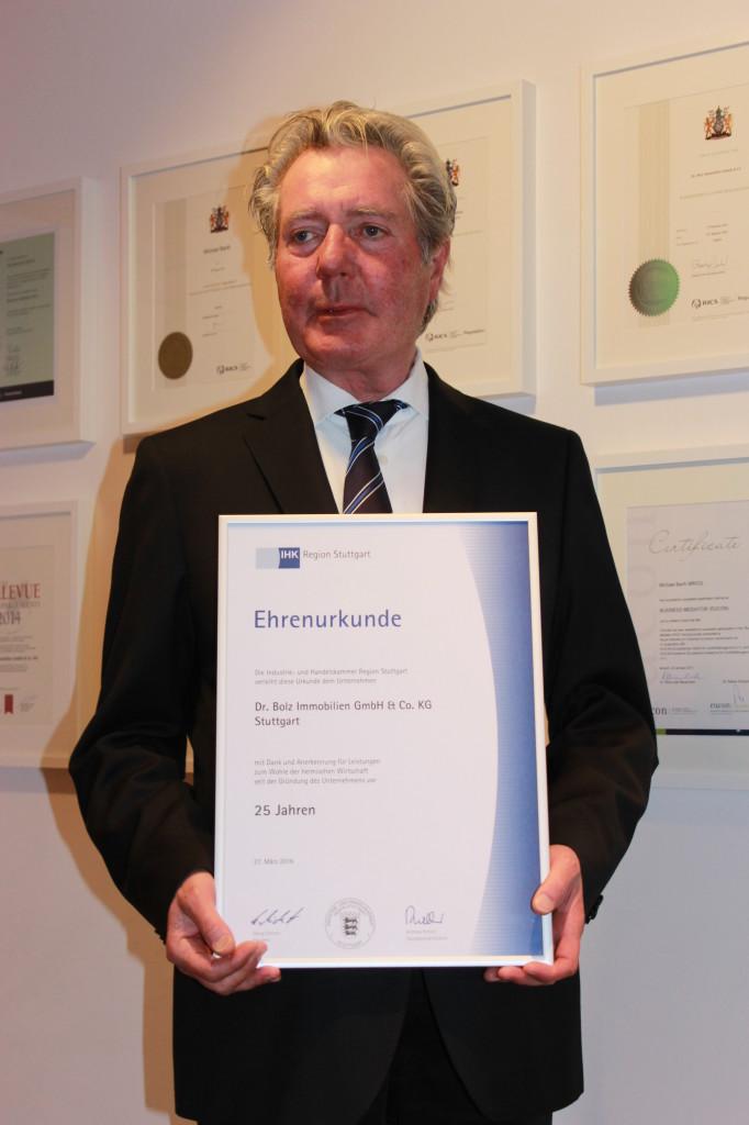 Gründer und Geschäftsführer Sigurd R. Betz mit IHK-Ehrenurkunde