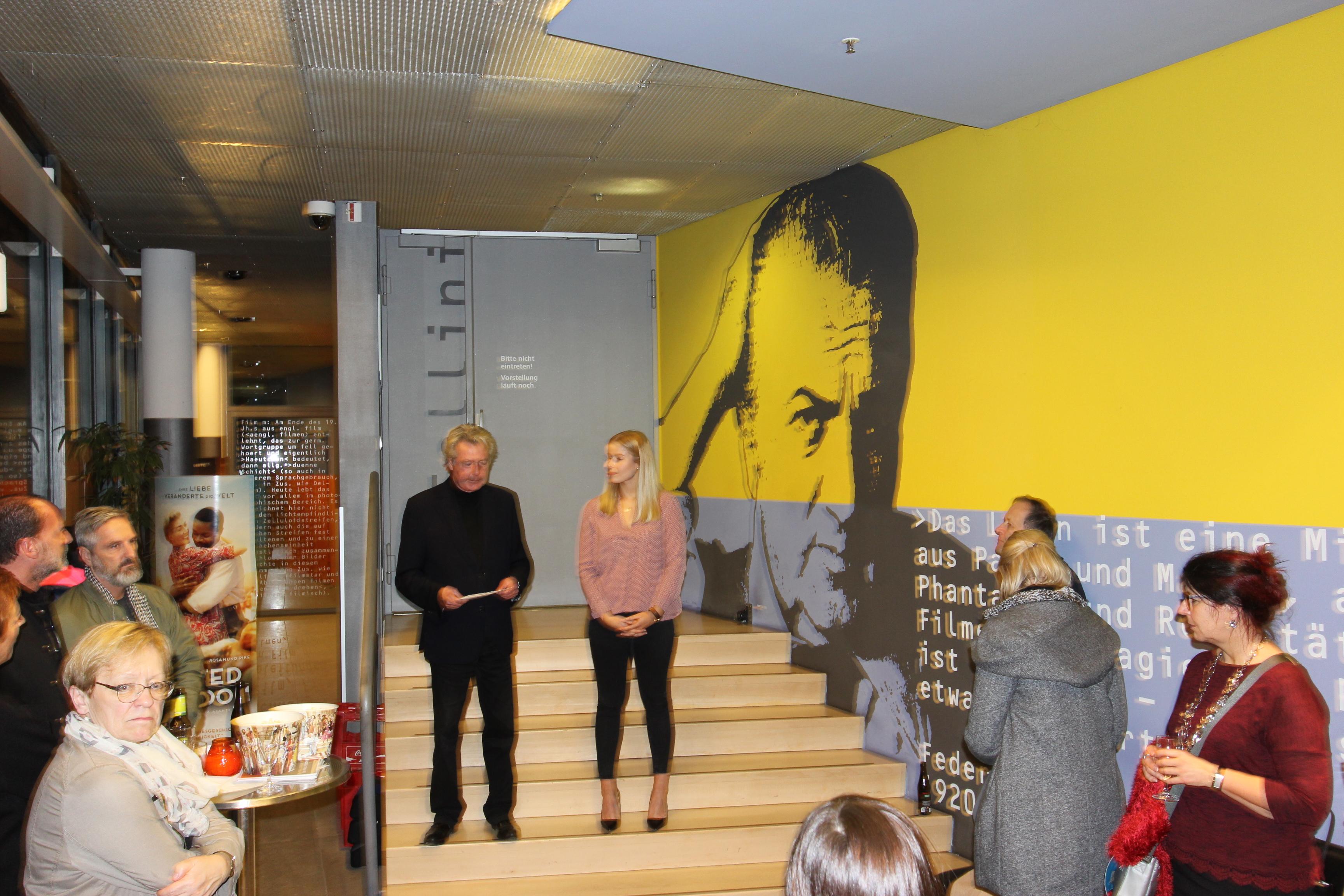 Begrüßung durch Geschäftsführer Betz mit Auszubildender Kauffmann